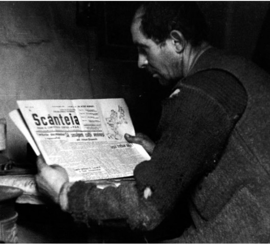 20110610172313_miner reading scânteia newspaper1944.jpg
